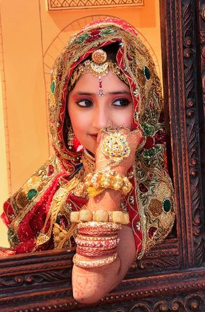 casamento: Menina no vestido tradicional participa na Desert Festival, Jaisalmer, Rajasthan, India
