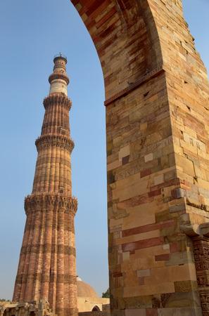 minar: Qutub Minar tower seen through arch, Qutub Minar complex, Delhi, India Stock Photo