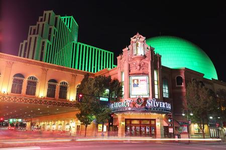 Station de Silver Legacy et casino nuit avec le déplacement des lumières de la circulation de transit, Reno, Nevada, Etats-Unis Banque d'images - 36939422