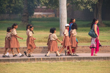 nene y nena: Niñas de la escuela visitan Humayun Editorial