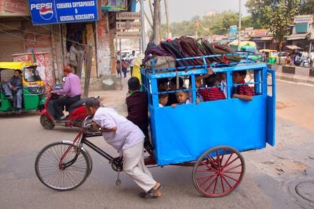 rikscha: Kinder fahren in die Schule mit Fahrrad-Rikscha, Neu Delhi, Indien Editorial