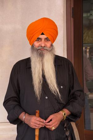 personas en la calle: Hombre de larga barba de pie en Chandni Chowk, Nueva Delhi, India
