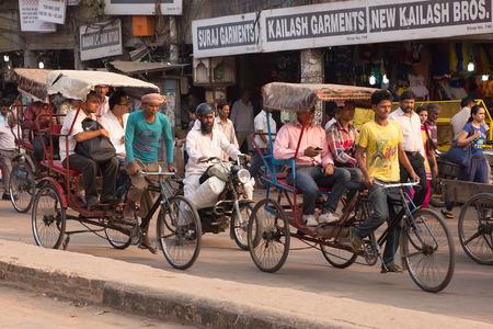 Cycle rickshaws carrying passengers in Chandni Chowk street, New Delhi, India 新聞圖片