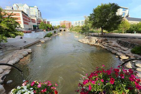Truckee rivier in het centrum van Reno, Nevada, Verenigde Staten
