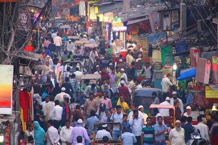 Uitzicht op Chawri Bazar straat vol met mensen die in de avond van de Jama Masjid, Oud Delhi, India.