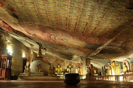 pintura rupestre: Interior del templo de oro de Dambulla en Sri Lanka. Es el más grande y mejor conservado cueva templo en el país.