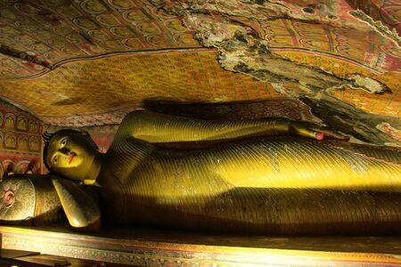 pintura rupestre: Buda reclinado en el templo de oro de Dambulla en Sri Lanka. Es el más grande y mejor conservado cueva templo en el país.