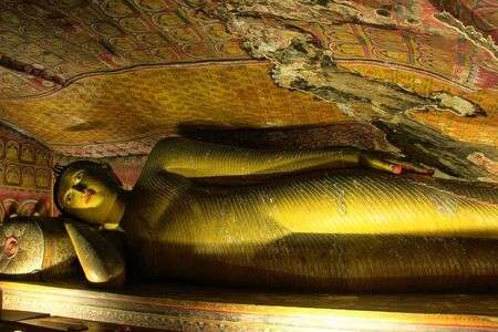 peinture rupestre: Reclining Buddha at Golden Temple of Dambulla in Sri Lanka. It is the largest and best preserved cave temple complex in the country.