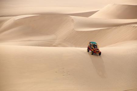 duna: buggy en un desierto cerca de Huacachina, región de Ica, Perú.