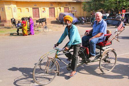 maharaja: Cycle rickshaw near City Palace Chandra Mahal in Jaipur, India. Palace was the seat of the Maharaja of Jaipur, the head of the Kachwaha Rajput clan.