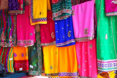 Weergave van kleurrijke sari's op Johari Bazaar in Jaipur, India. Jaipur is de hoofdstad en de grootste stad van Rajasthan.
