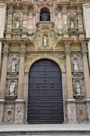 portada: Main entrance Portada del Perdon (Door of forgiveness) of Lima Cathedral in Peru. Construction of Cathedral began in 1535, and the building has undergone many reconstructions and transformations since. Stock Photo