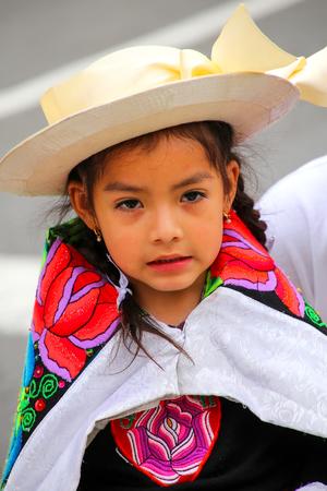 Retrato de una chica local que se realiza durante el Festival de la Virgen de la Candelaria en Lima, Perú. El núcleo de la fiesta es el baile y la música interpretada por diferentes escuelas de danza.