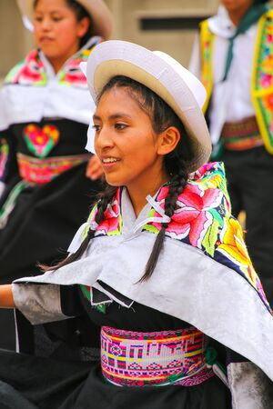 mujer de la localidad de jóvenes que realizan suring Festival de la Virgen de la Candelaria en Lima, Perú. El núcleo de la fiesta es el baile y la música interpretada por diferentes escuelas de danza.