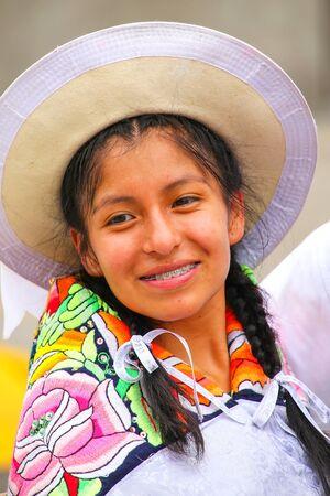 Retrato de una mujer joven que se realiza durante el Festival de la Virgen de la Candelaria en Lima, Perú. El núcleo de la fiesta es el baile y la música interpretada por diferentes escuelas de danza.