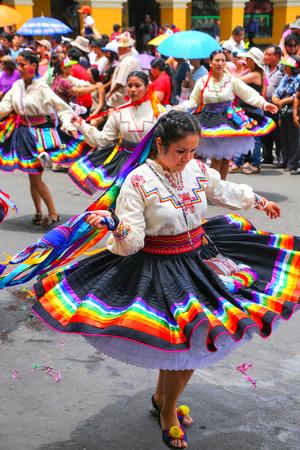 Las mujeres locales que bailan durante el Festival de la Virgen de la Candelaria en Lima, Perú. El núcleo de la fiesta es el baile y la música interpretada por diferentes escuelas de danza. Editorial