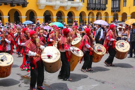 Los hombres locales a tocar la batería durante el Festival de la Virgen de la Candelaria en Lima, Perú. El núcleo de la fiesta es el baile y la música interpretada por diferentes escuelas de danza. Editorial
