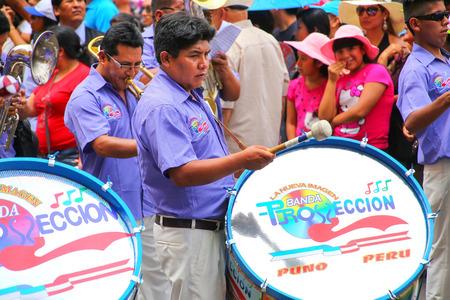 Hombres locales tocando la batería durante el Festival de la Virgen de la Candelaria en Lima, Perú. El núcleo del festival es el baile y la música interpretada por diferentes escuelas de baile.