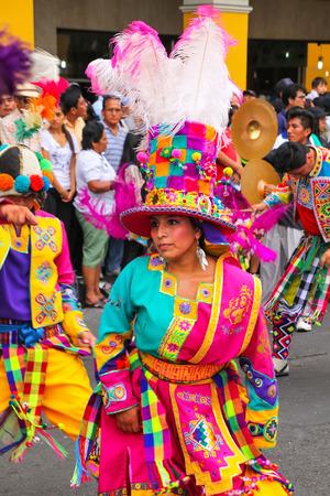 Mujer local que se realiza durante el Festival de la Virgen de la Candelaria en Lima, Perú. El núcleo de la fiesta es el baile y la música interpretada por diferentes escuelas de danza.