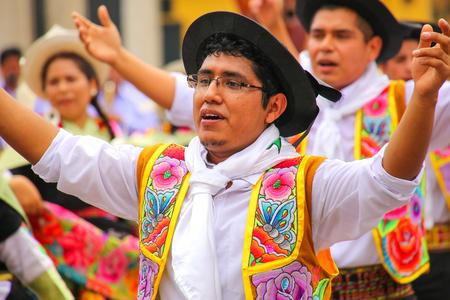 bailando hombre de la localidad durante el Festival de la Virgen de la Candelaria en Lima, Perú. El núcleo de la fiesta es el baile y la música interpretada por diferentes escuelas de danza.