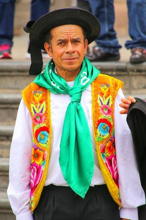 hombre de la localidad que participan en el Festival de la Virgen de la Candelaria en Lima, Perú. El núcleo de la fiesta es el baile y la música interpretada por diferentes escuelas de danza.