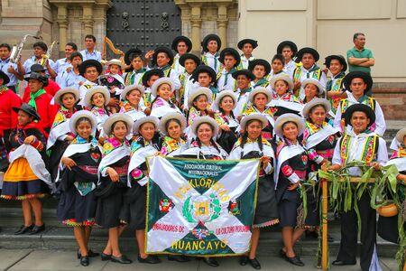 Grupo de bailarines posando durante el Festival de la Virgen de la Candelaria en Lima, Perú. El núcleo del festival es el baile y la música interpretada por diferentes escuelas de baile.