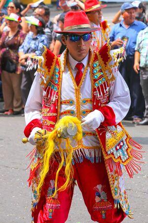 Hombre local bailando durante el Festival de la Virgen de la Candelaria en Lima, Perú. El núcleo del festival es el baile y la música interpretada por diferentes escuelas de baile.