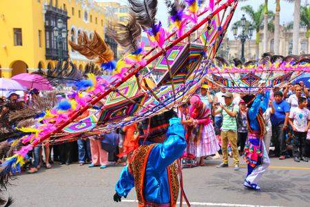 Los hombres locales que bailan durante el Festival de la Virgen de la Candelaria en Lima, Perú. El núcleo de la fiesta es el baile y la música interpretada por diferentes escuelas de danza. Editorial
