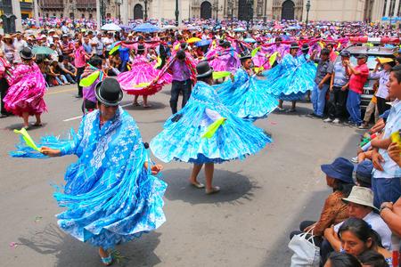 Las mujeres locales que bailan durante el Festival de la Virgen de la Candelaria en Lima, Perú. El núcleo de la fiesta es el baile y la música interpretada por diferentes escuelas de danza.