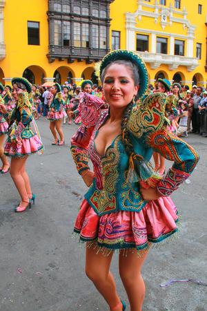 Baile joven mujer de la localidad durante el Festival de la Virgen de la Candelaria en Lima, Perú. El núcleo de la fiesta es el baile y la música interpretada por diferentes escuelas de danza.