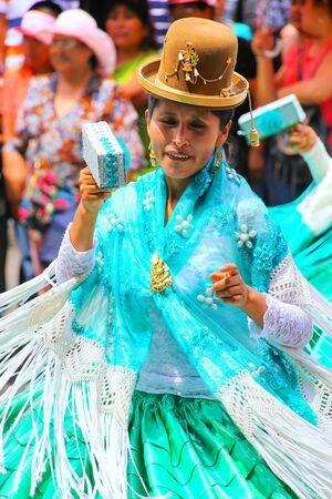 Mujer local que se realiza durante el Festival de la Virgen de la Candelaria en Lima, Perú. El núcleo de la fiesta es el baile y la música interpretada por diferentes escuelas de danza. Editorial