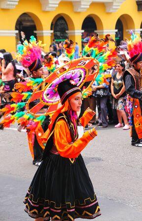 mujer de la localidad de jóvenes que realizan durante el Festival de la Virgen de la Candelaria en Lima, Perú. El núcleo de la fiesta es el baile y la música interpretada por diferentes escuelas de danza.