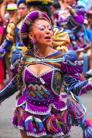 Baile joven mujer de la localidad durante el Festival de la Virgen de la Candelaria en Lima, Perú. El núcleo de la fiesta es el baile y la música interpretada por diferentes escuelas de danza. Editorial