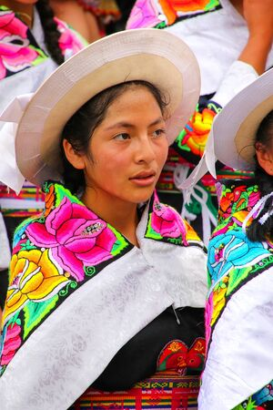 Retrato de una mujer joven que se realiza durante el Festival de la Virgen de la Candelaria en Lima, Perú. El núcleo de la fiesta es el baile y la música interpretada por diferentes escuelas de danza. Editorial