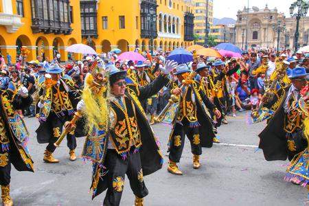 Los hombres locales que bailan durante el Festival de la Virgen de la Candelaria en Lima, Perú. El núcleo de la fiesta es el baile y la música interpretada por diferentes escuelas de danza.