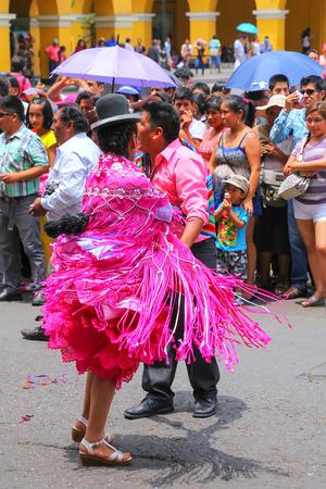 La gente local que bailan durante el Festival de la Virgen de la Candelaria en Lima, Perú. El núcleo de la fiesta es el baile y la música interpretada por diferentes escuelas de danza. Editorial