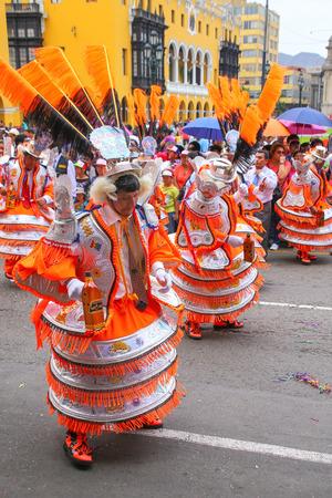 Hombres locales bailando durante el Festival de la Virgen de la Candelaria en Lima, Perú. El núcleo del festival es el baile y la música interpretada por diferentes escuelas de baile.