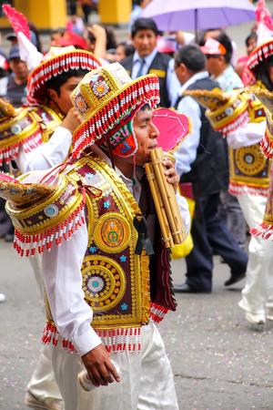 Hombre local que toca la flauta durante el Festival de la Virgen de la Candelaria en Lima, Perú. El núcleo de la fiesta es el baile y la música interpretada por diferentes escuelas de danza.
