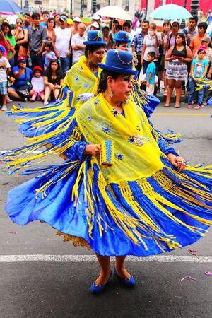 Mujeres locales bailando durante el Festival de la Virgen de la Candelaria en Lima, Perú. El núcleo del festival es el baile y la música interpretada por diferentes escuelas de baile.
