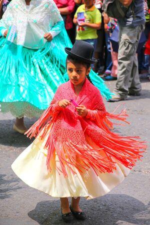 chica local que se realiza durante el Festival de la Virgen de la Candelaria en Lima, Perú. El núcleo de la fiesta es el baile y la música interpretada por diferentes escuelas de danza.