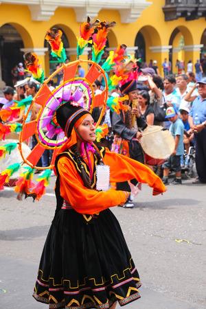 Mujer local joven que se realiza durante el festival de la Virgen de la Candelaria en Lima, Perú. El núcleo del festival es el baile y la música interpretada por diferentes escuelas de baile.