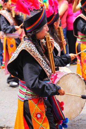 Mujer local que toca la flauta durante el Festival de la Virgen de la Candelaria en Lima, Perú. El núcleo de la fiesta es el baile y la música interpretada por diferentes escuelas de danza.