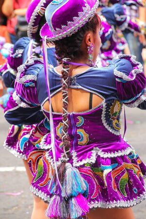 Mujer local que se realiza durante el festival de la Virgen de la Candelaria en Lima, Perú. El núcleo del festival es el baile y la música interpretada por diferentes escuelas de baile.