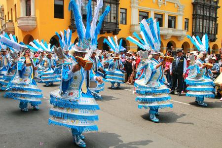 Hombres locales bailando durante el Festival de la Virgen de la Candelaria en Lima, Perú. El núcleo del festival es el baile y la música interpretada por diferentes escuelas de baile. Editorial