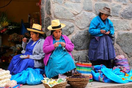 Lokale Frauen, die am Markt in Ollantaytambo, Peru sitzen. Ollantaytambo war der königliche Besitz von Kaiser Pachacuti, der die Region eroberte. Editorial