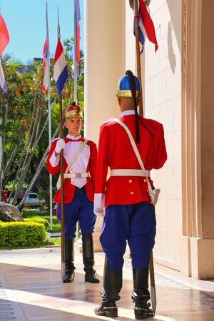 bandera de paraguay: Guardias de pie junto a la entrada del Panteón Nacional de los Héroes en Asunción, Paraguay. Es el mausoleo del país, donde reposan los restos de los grandes héroes de la historia paraguaya.