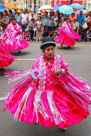 Las mujeres locales que realizan durante el Festival de la Virgen de la Candelaria en Lima, Perú. El núcleo de la fiesta es el baile y la música interpretada por diferentes escuelas de danza.