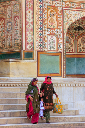 bajando escaleras: Local women going down the stairs at Ganesh Pol,  Amber Fort, Rajasthan, India. Ganesh Pol was a gateway to the maharajas appartments.