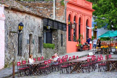 Straßenkaffee in Colonia del Sacramento, Uruguay. Es ist eine der ältesten Städte in Uruguay