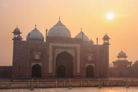 タージ ・ マハル複合体、アグラ、ウッタルプラデーシュ州、インドの日の出ウッ ダウラーのビュー。ウッ ダウラーは対称性のために建てられ、お